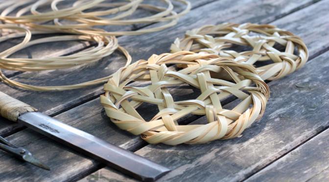 六本の竹だけで編み、組み上げる鍋敷きのワークショップ